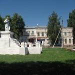 Памятник гражданской войне на фоне нового времени